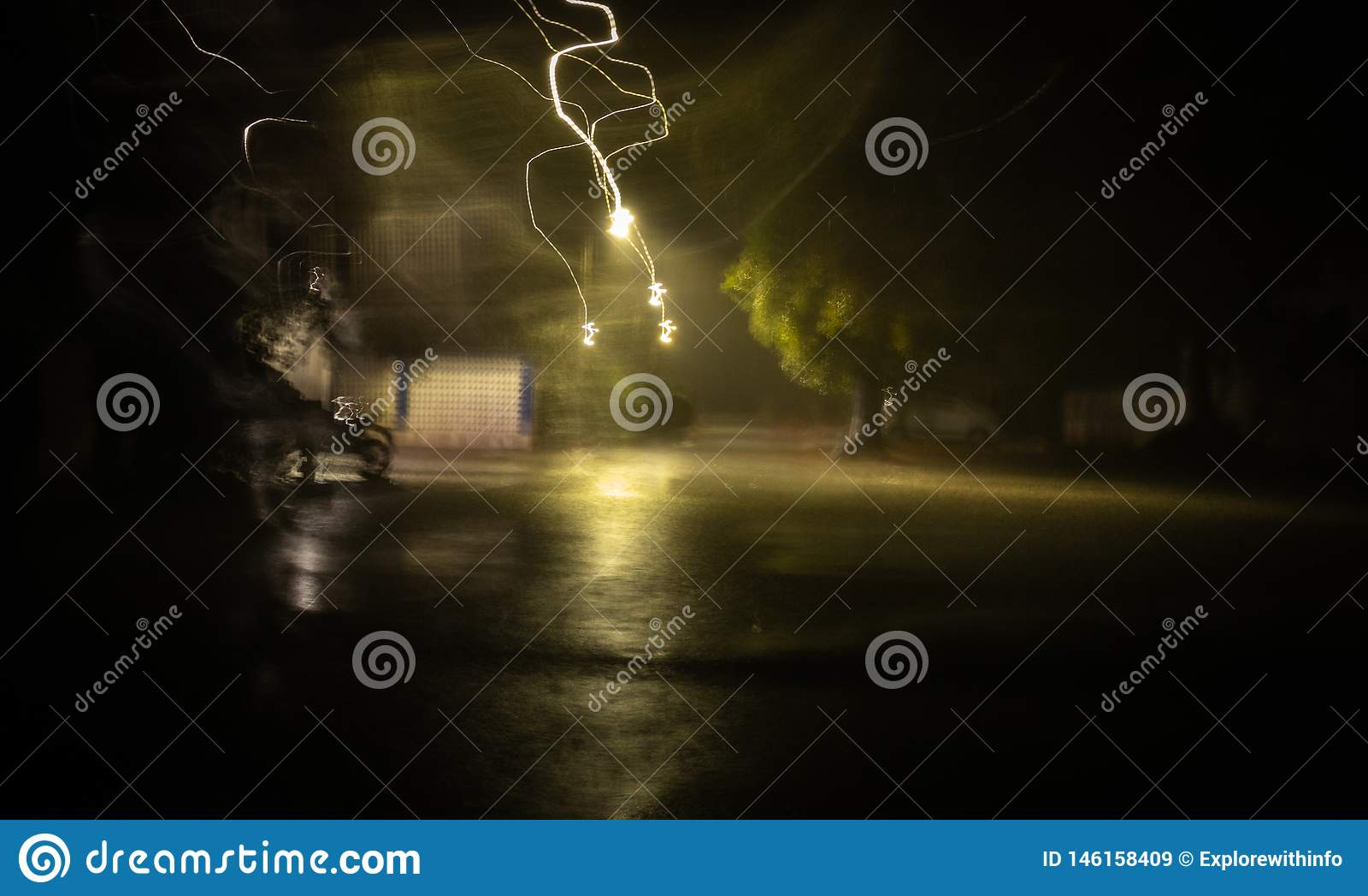 Brilho atual elétrico durante a chuva e trovão