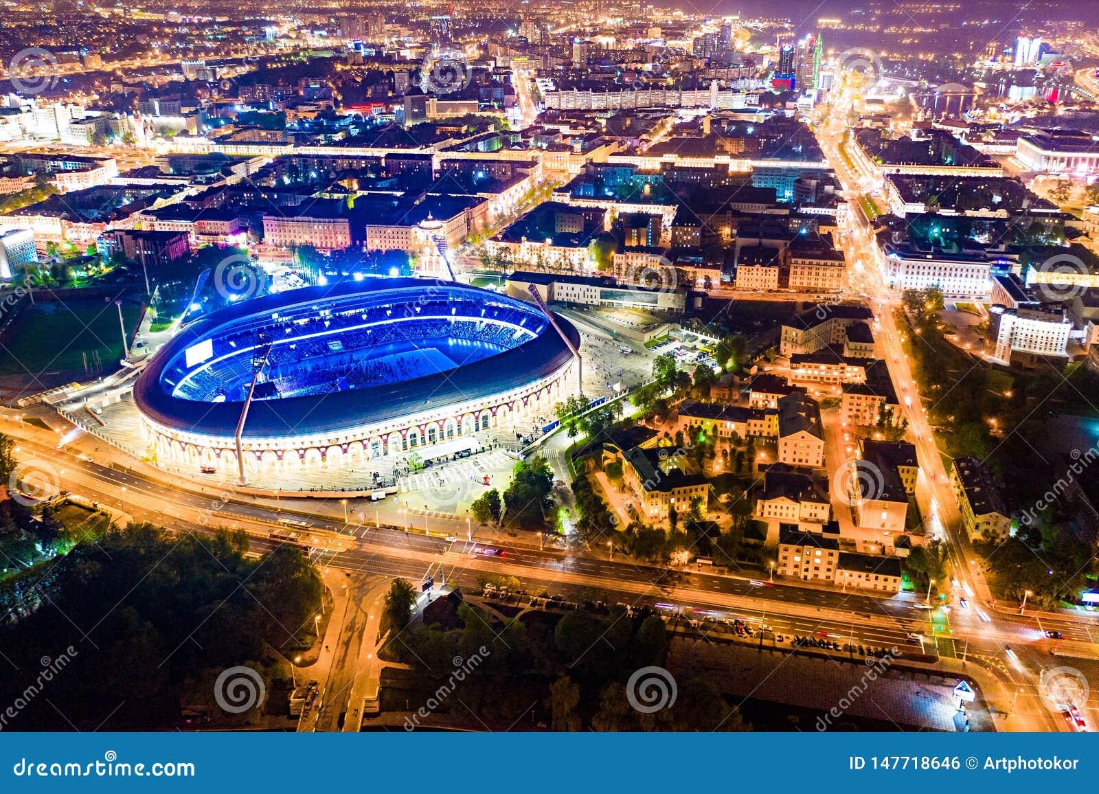 Brilho do estádio de Dinamo brilhante na noite Evento público guardado no estádio