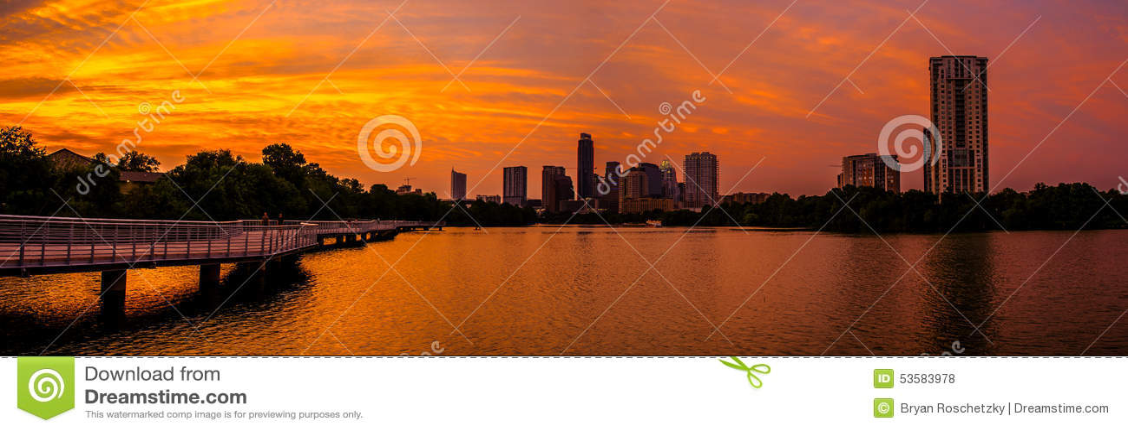 Briljant en gång i en livstid Austin Skyline Sunset av röd och orange himmel