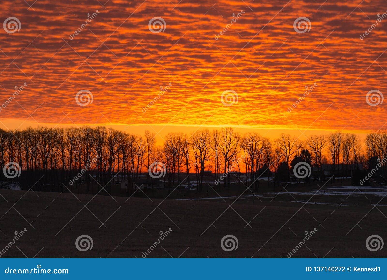 Briljant orange soluppgång över senic bygd