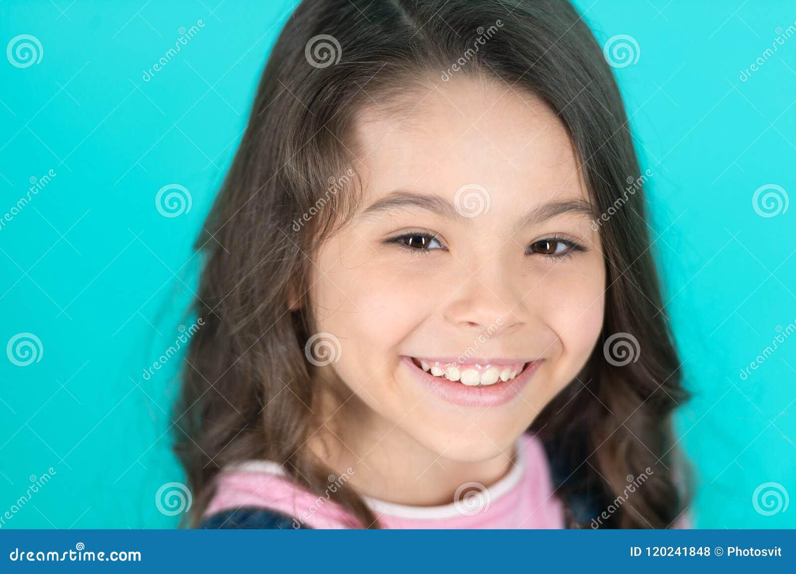 Briljante Glimlach Jong geitje gelukkige geniet onbezorgd van kinderjaren Kind die briljante glimlach turkooise achtergrond charm