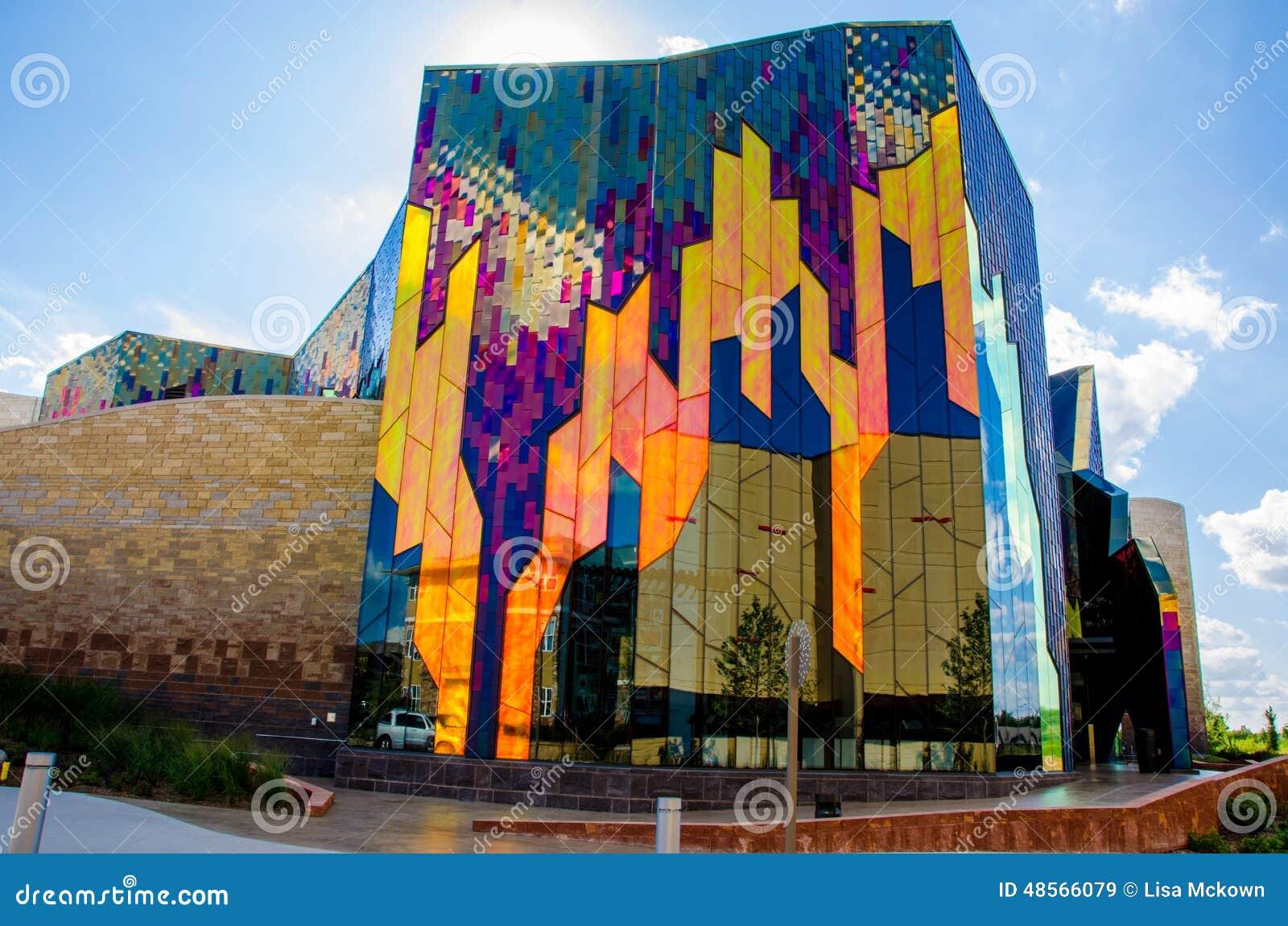 Briljante kleuren van abstracte kunst in glasvensters bij prairiespar