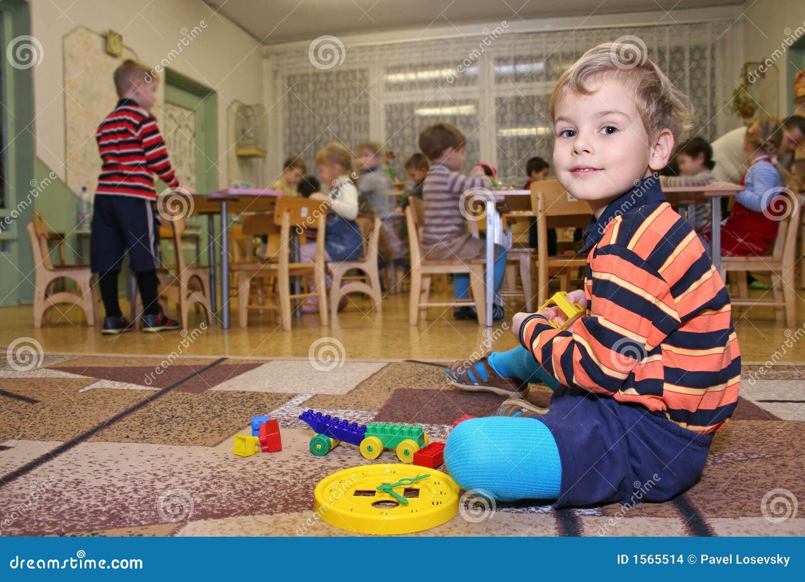 imagens jardim infancia:Brincadeira No Jardim De Infância Imagens de Stock – Imagem: 1565514