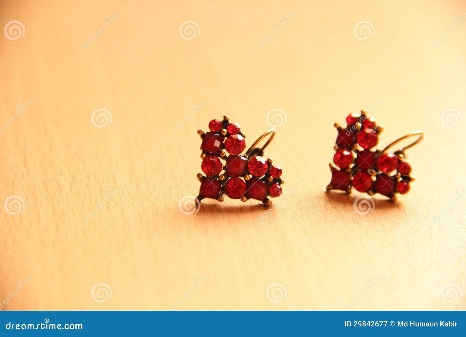 Brincos vermelhos do rubi do coração