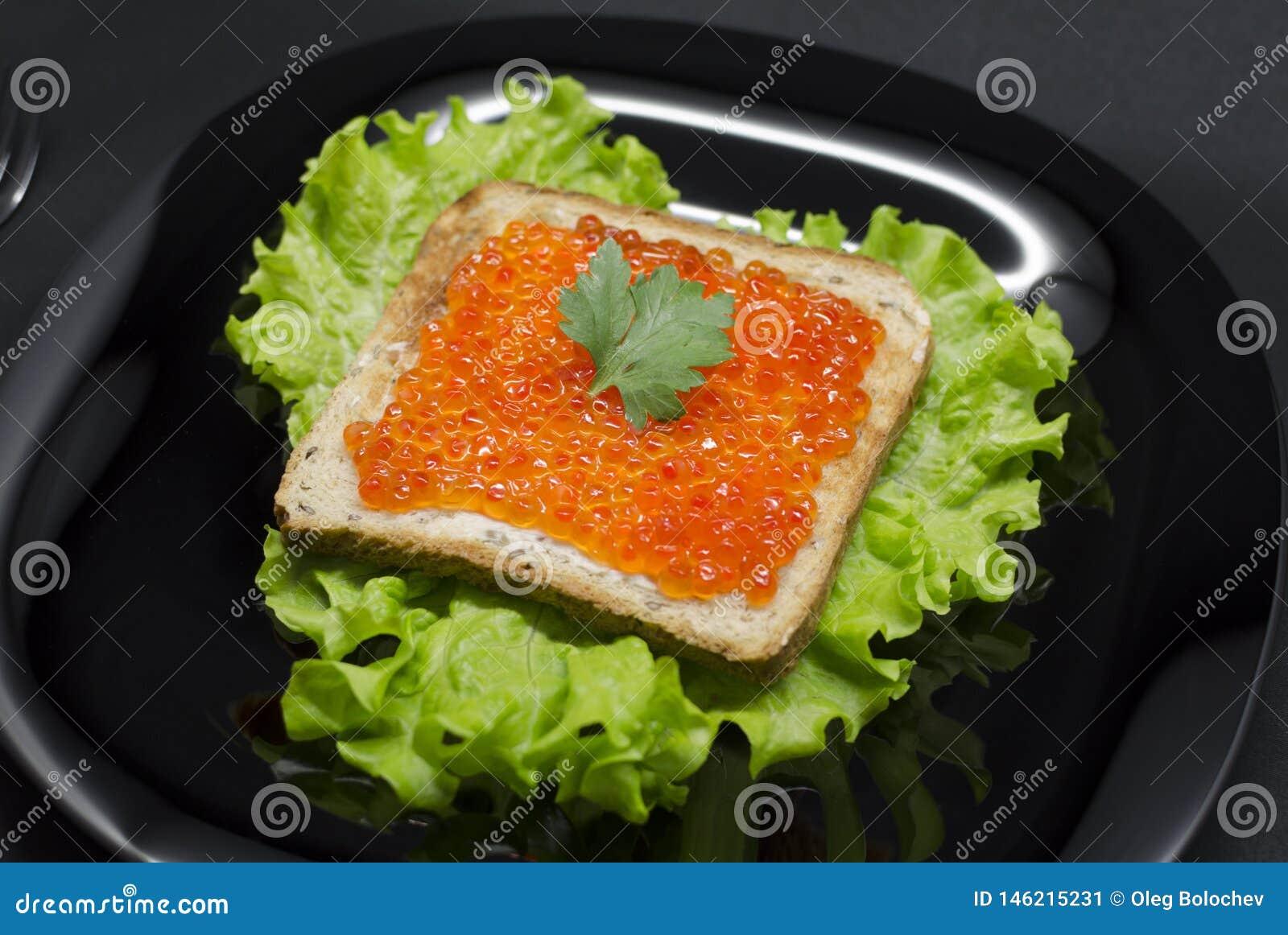 Brinde com caviar vermelho e salada verde