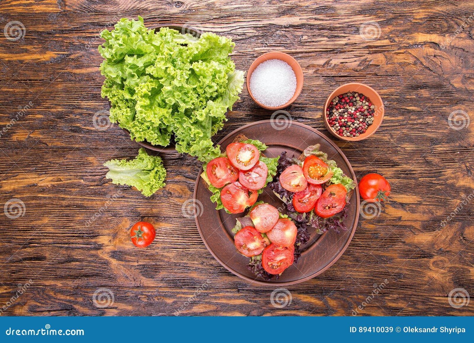 Brindes com tomate fresco, vista superior