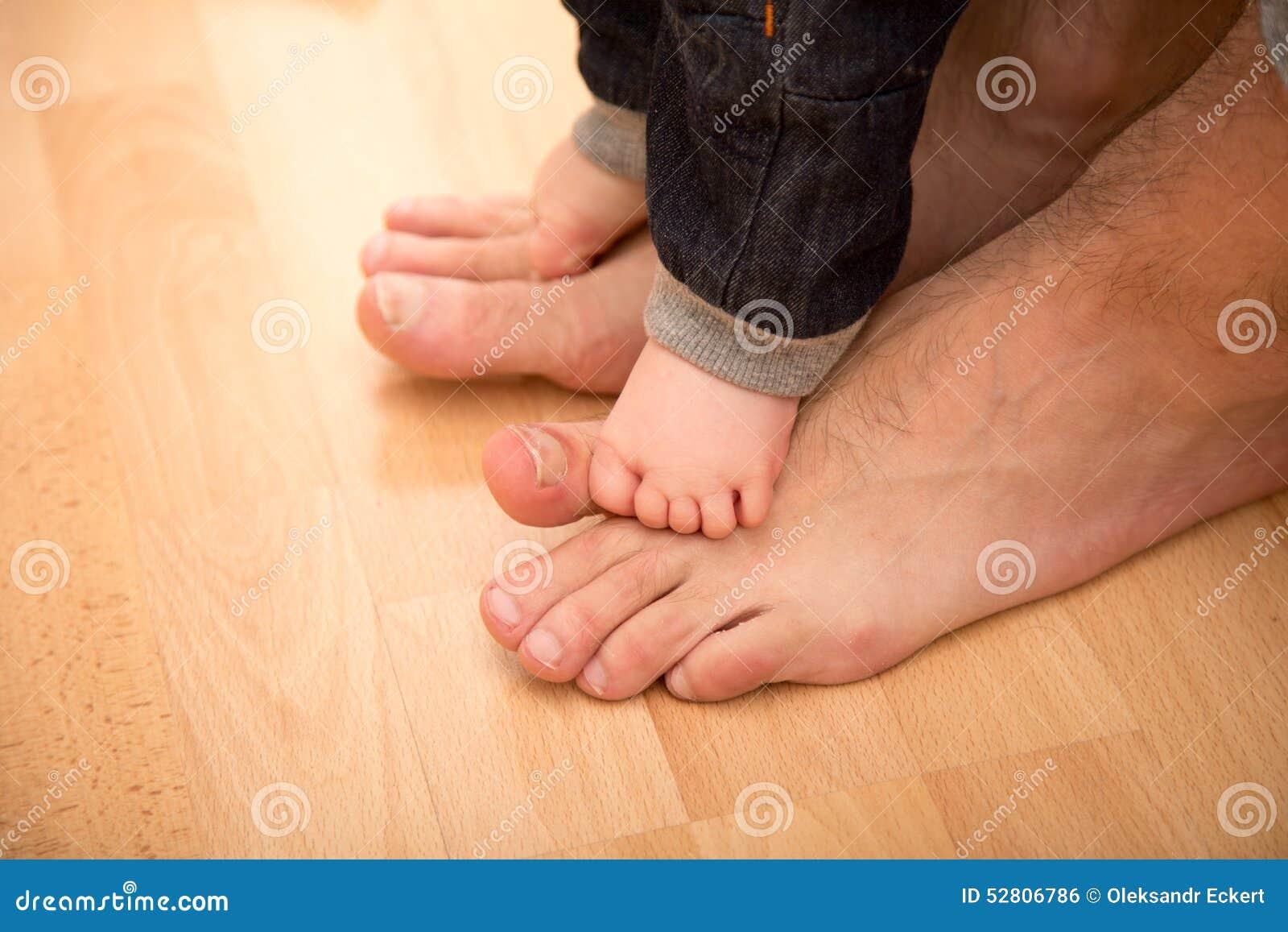 Bringen Sie das Helfen seines Sohns für die ersten Schritte hervor