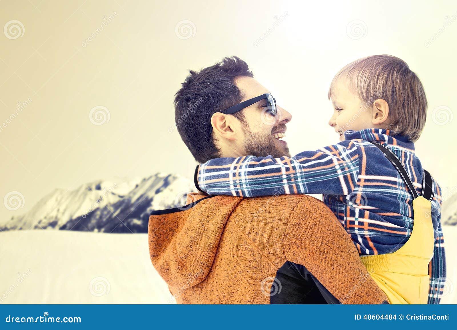 Bringen Sie das Interessieren seines Sohns zu den wanderfull Winterlandschaften hervor und wachsen