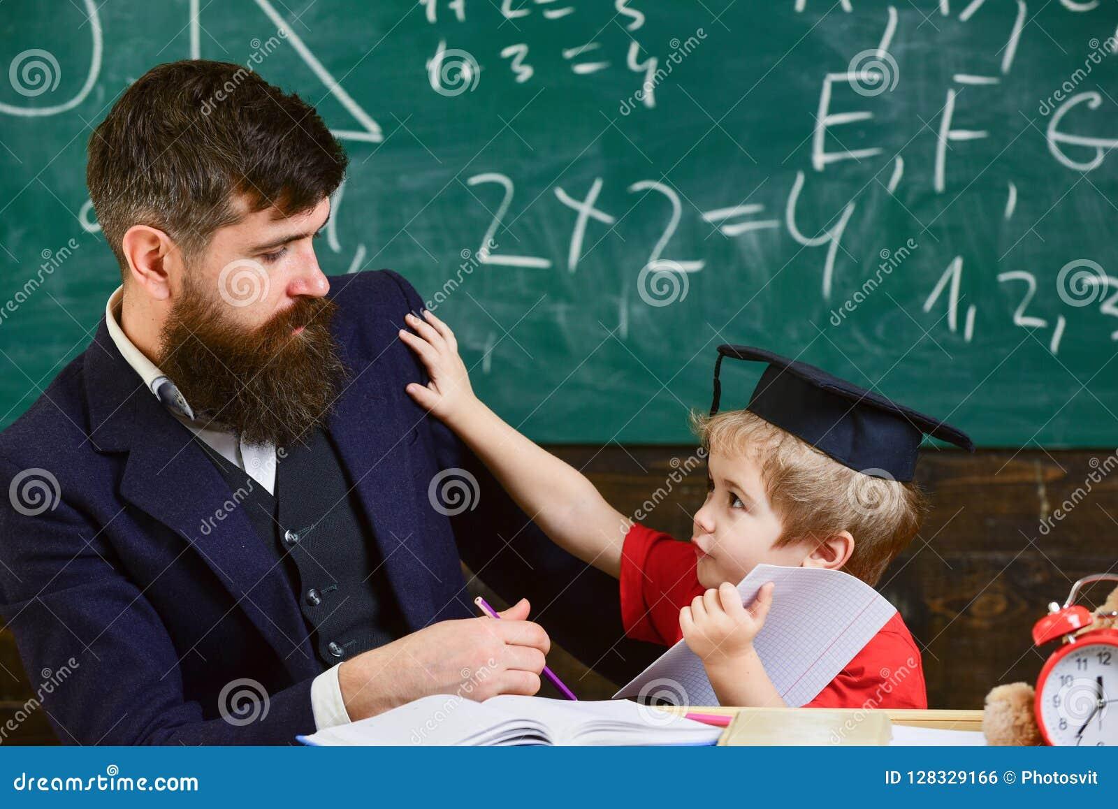 Bringen Sie mit Bart, Lehrer unterrichtet gebohrten Sohn, kleinen Jungen hervor Bohren, Konzept studierend Kind oben eingezogen m