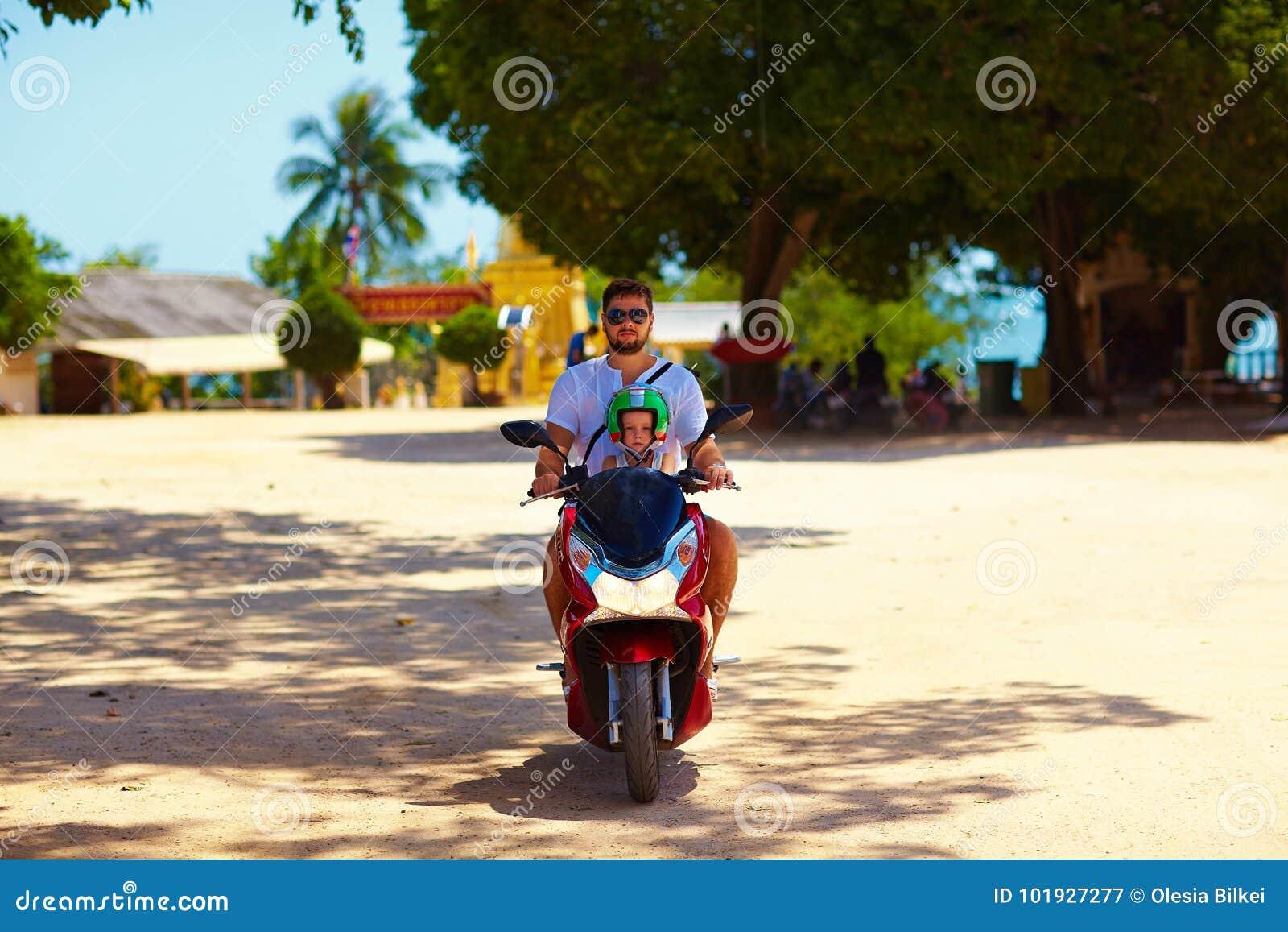 Bringen Sie mit Sohnreiten auf Roller durch das Thailand hervor