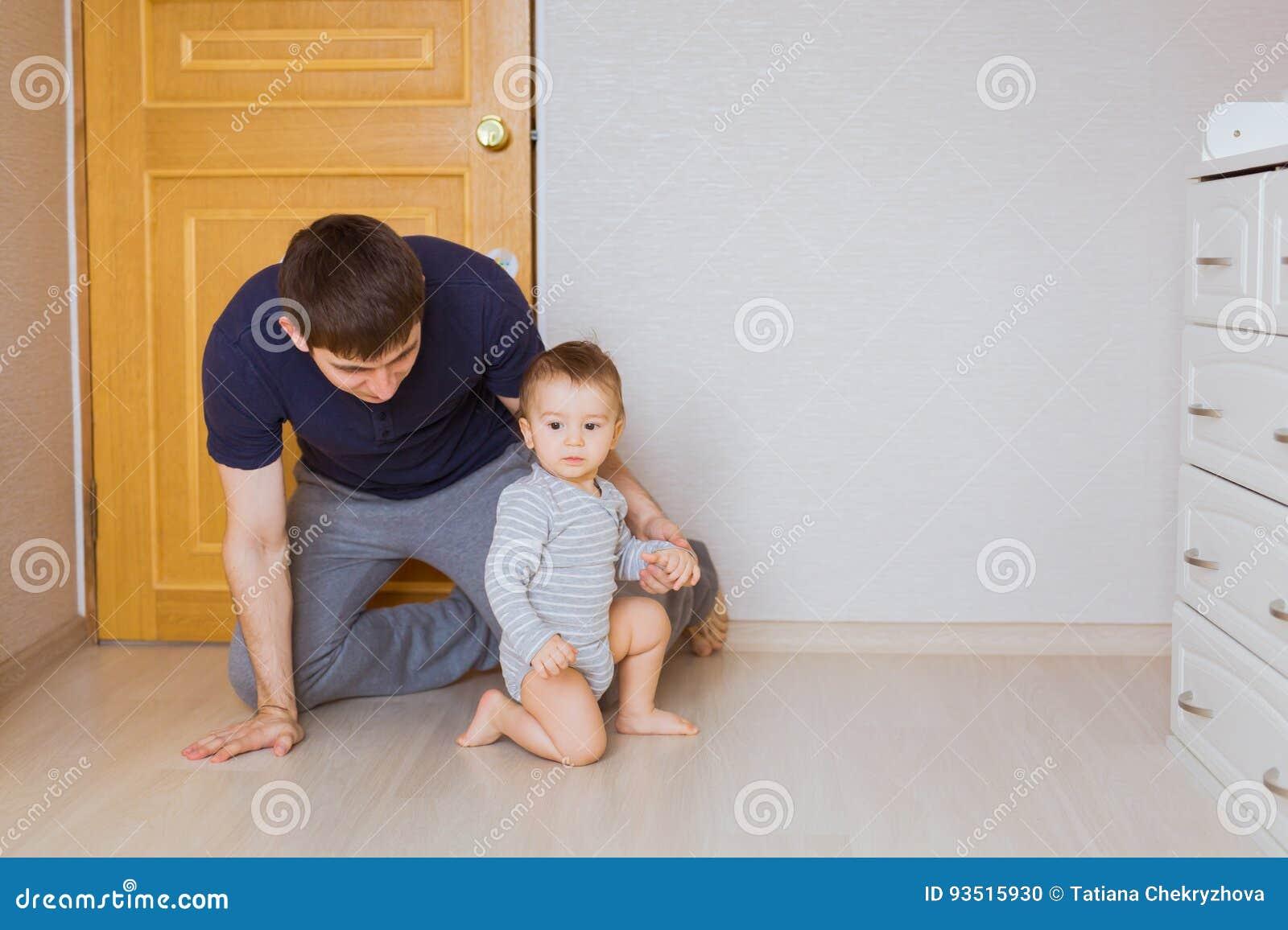 Bringen Sie ` s Tageskonzept - glücklicher Familienvater und Babykindersohn zuhause hervor