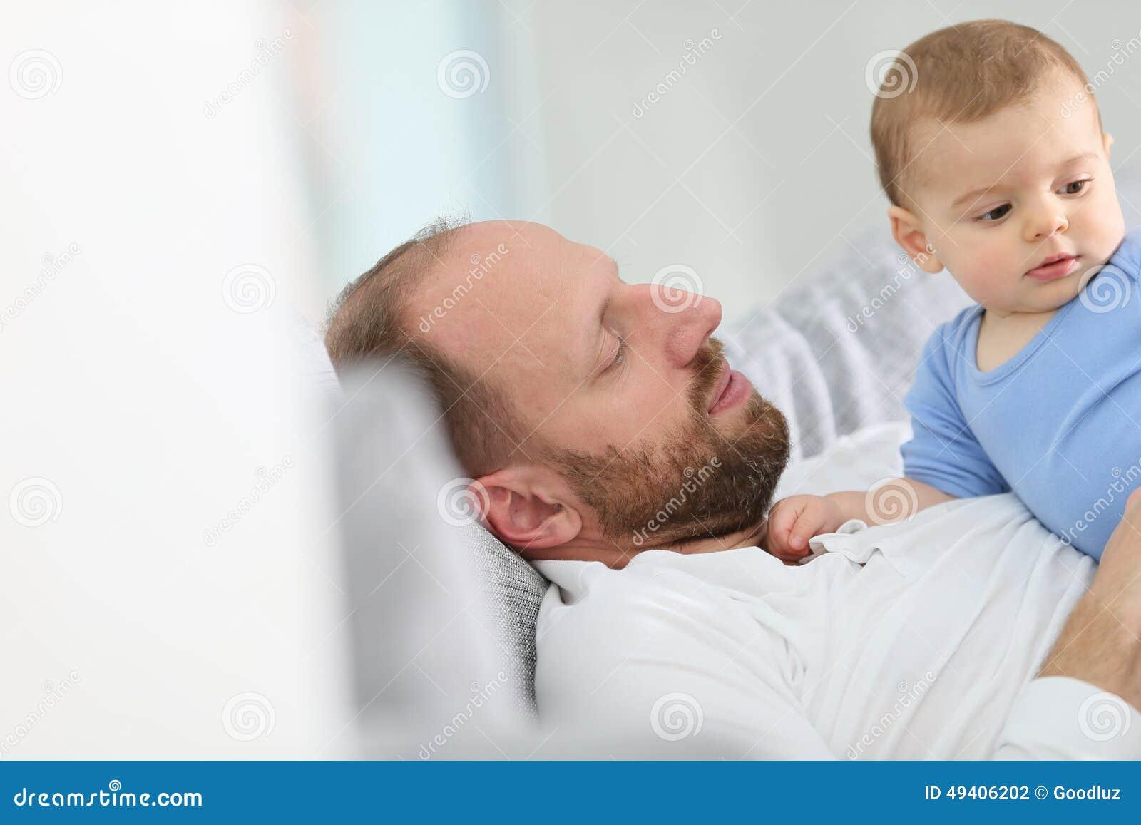 Download Bringen Sie Und Ein Baby Hervor, Das Auf Das Sofa Streichelt Stockfoto - Bild von nett, lustig: 49406202
