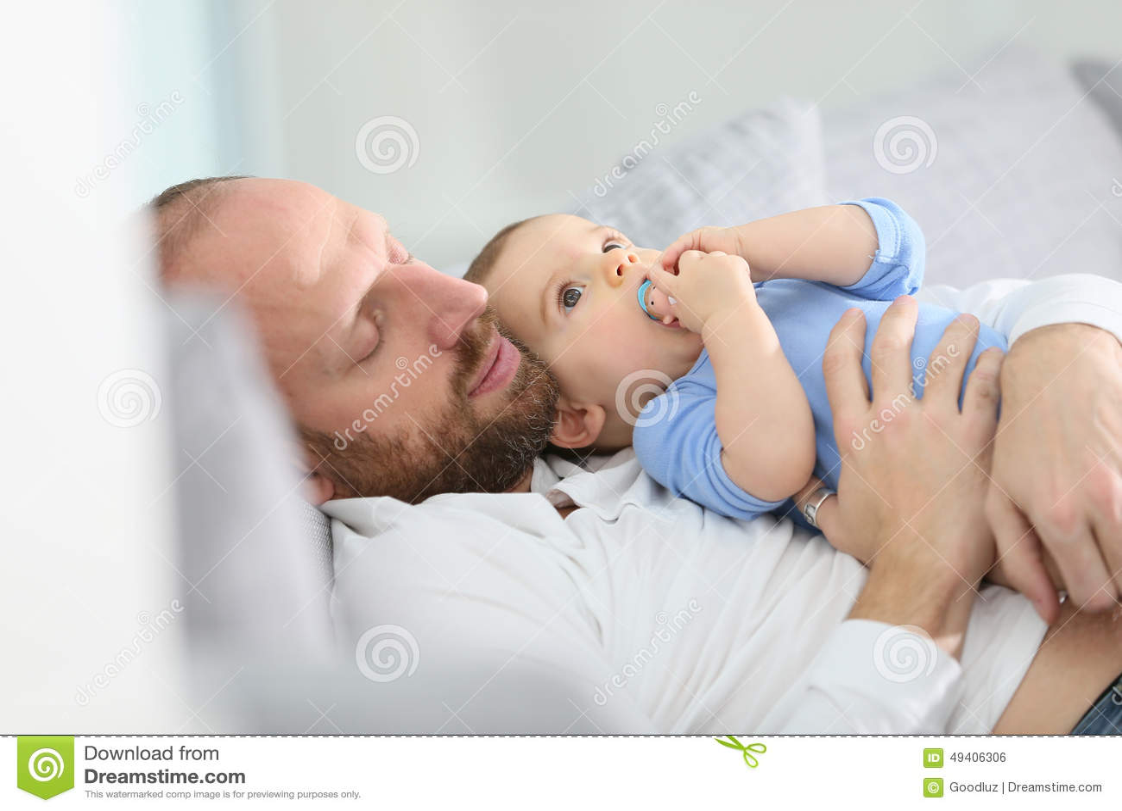 Download Bringen Sie Und Sein Baby Hervor, Das Auf Einem Sofa Sich Entspannt Stockfoto - Bild von vati, lustig: 49406306