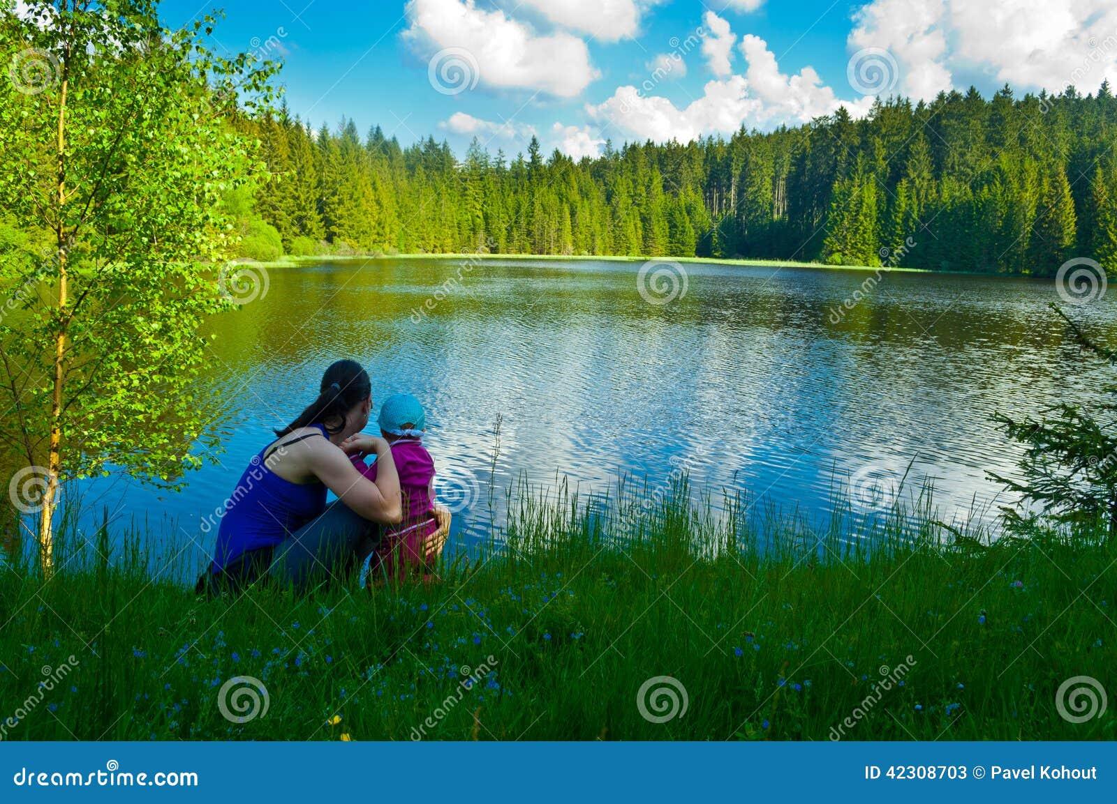 Bringen Sie und seine sechs Monate süße Tochter hervor, welche die Karte in Kauai-Park betrachten
