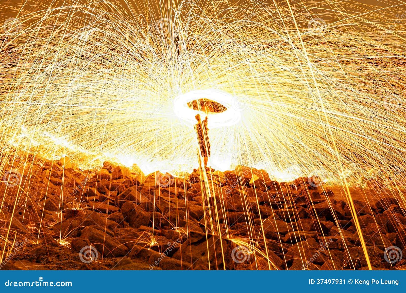Brinnande fyrverkerier för stålull