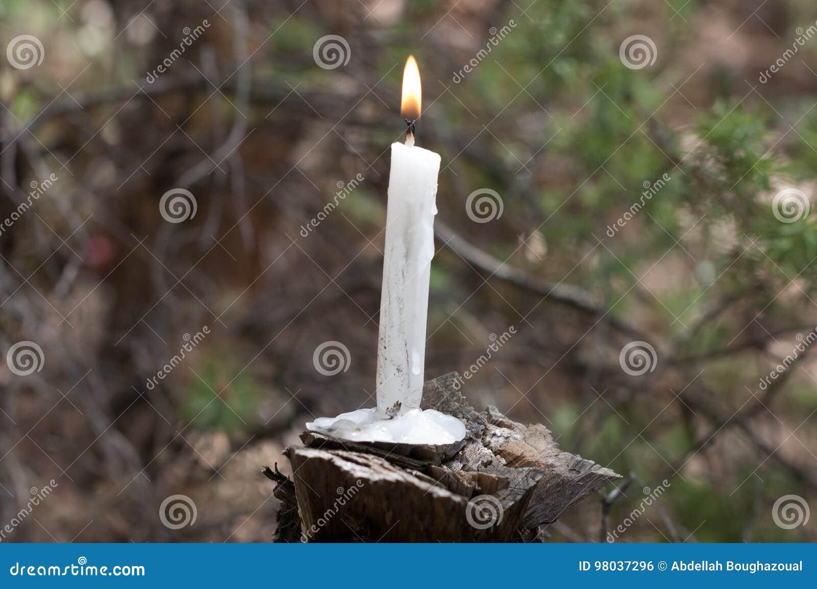 Brinnande stearinljus på trä