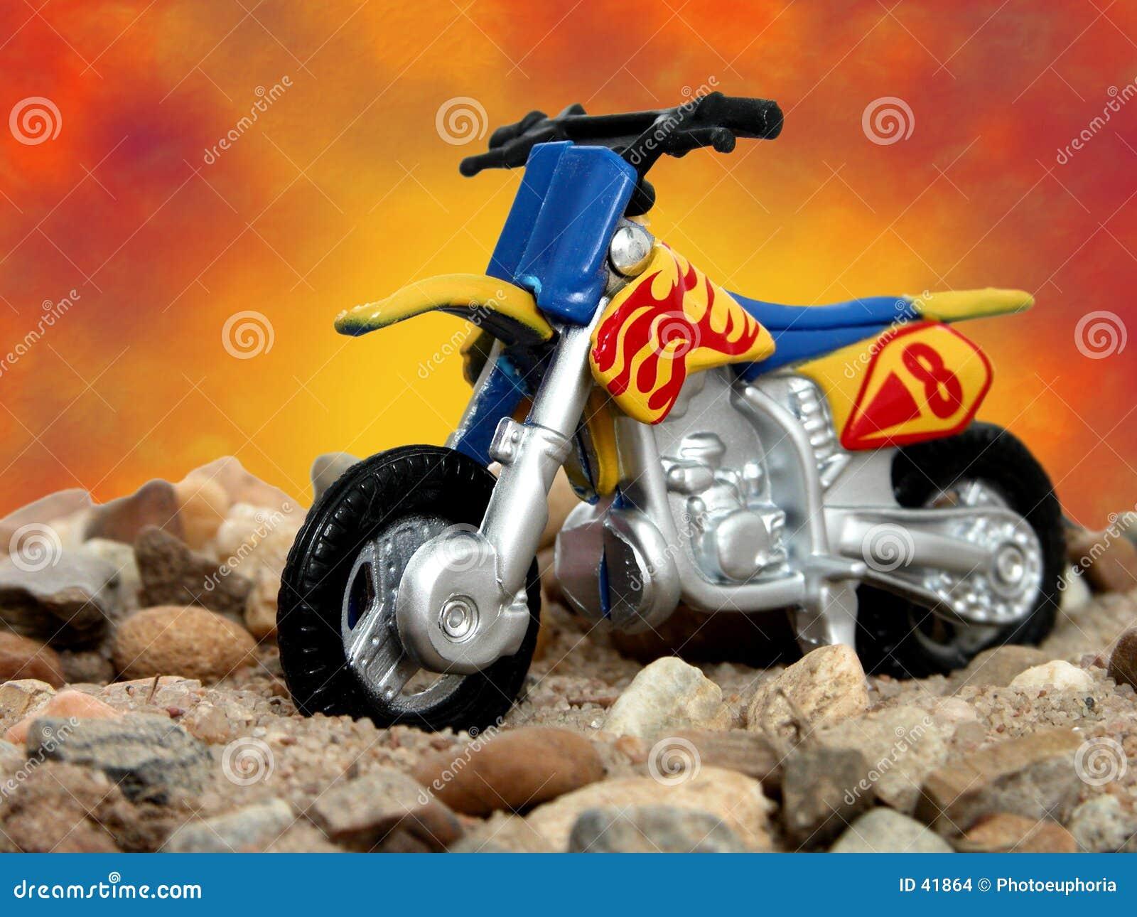 Brinque a bicicleta azul e amarela da sujeira