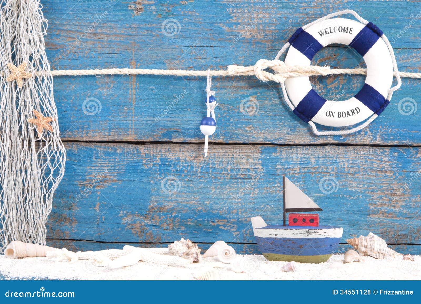 Brinque o barco com escudos em um fundo de madeira azul para o verão, HOL