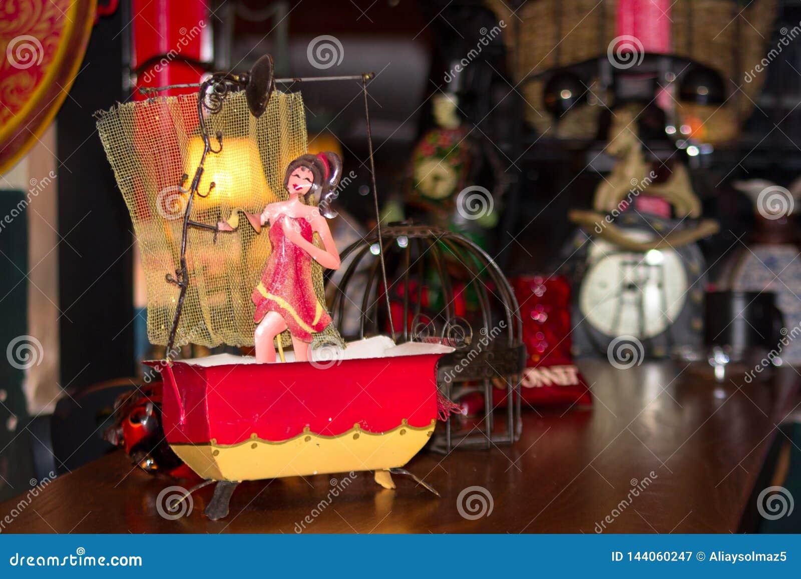 Brinquedo antigo desde 1950, banhando a mulher na figura da cuba