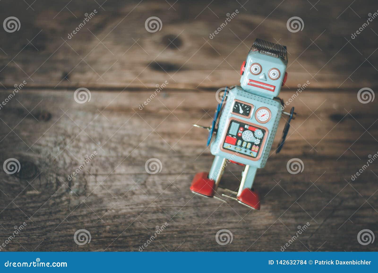 Brinquedo do robô, símbolo para um chatbot ou bot social e algoritmos Textura de madeira