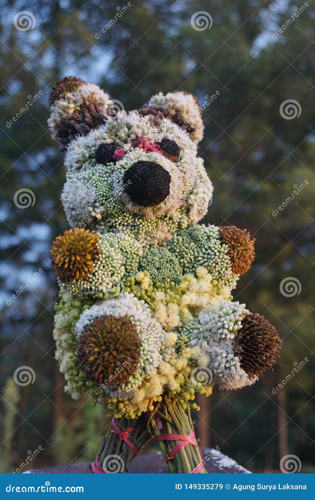 Brinquedos da boneca da panda feitos das flores