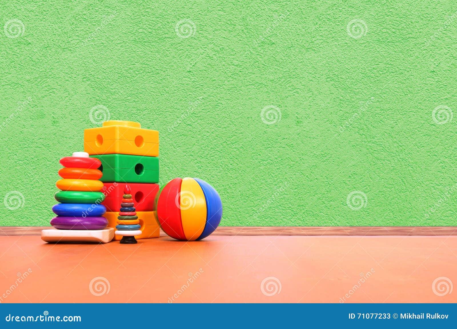 Brinquedos no assoalho
