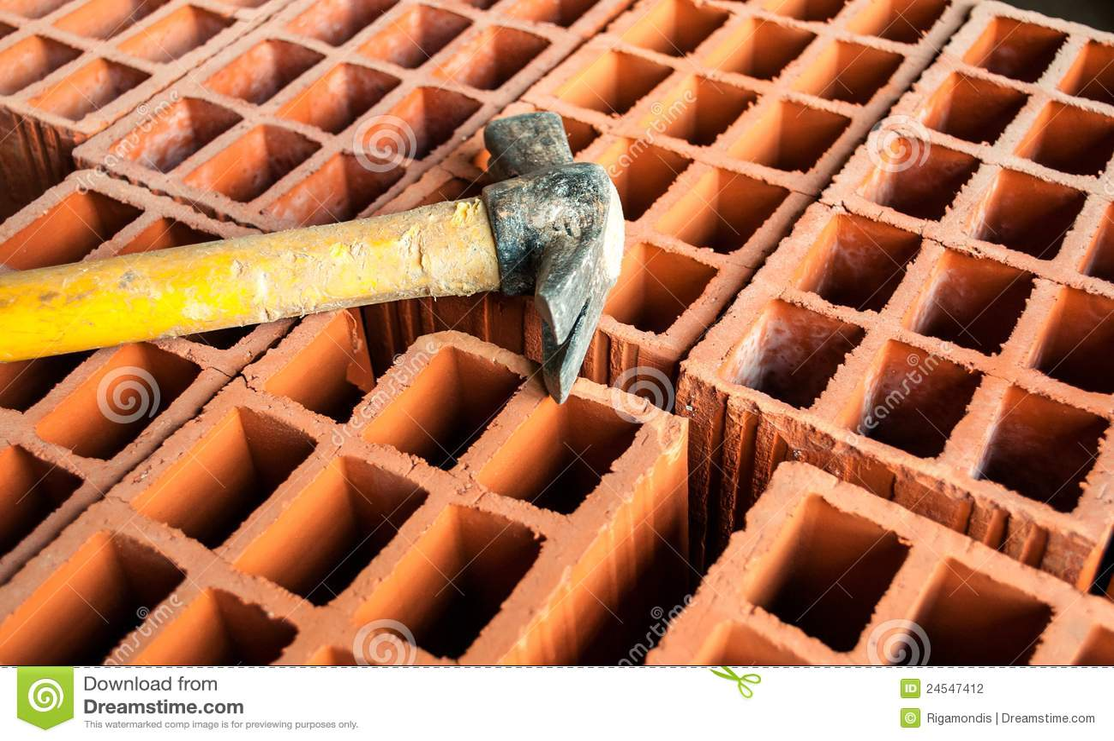 brique creuse avec le marteau photographie stock image. Black Bedroom Furniture Sets. Home Design Ideas