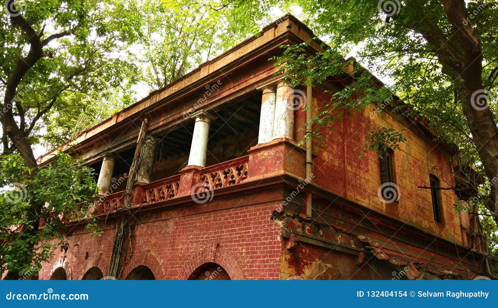 Britisches angeredetes altes schädigendes verlassenes Gebäude