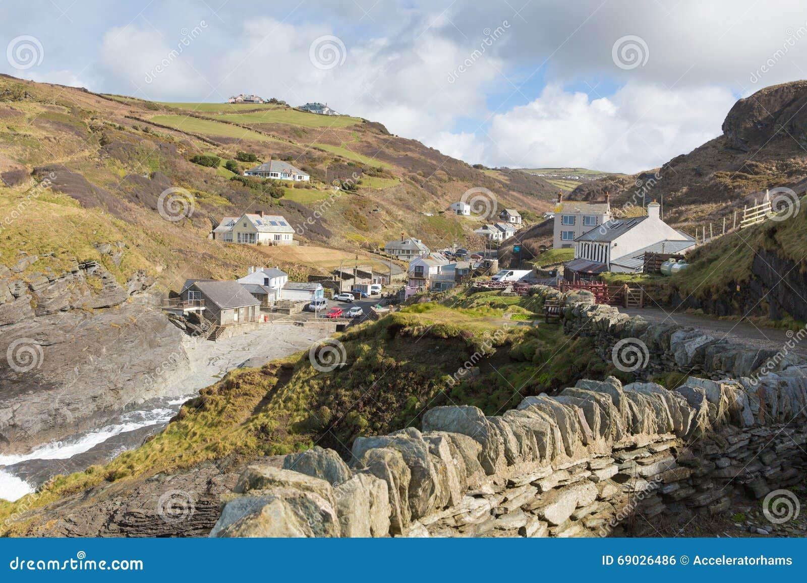BRITISCHES Küstendorf Trebarwith-Strang-Nord-Cornwalls England zwischen Tintagel und Hafen Isaac mit Steinwand und Weg