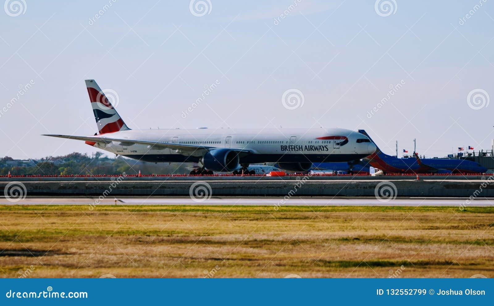 British Airways B777 samolotu przyjeżdżać lotniskowa brama