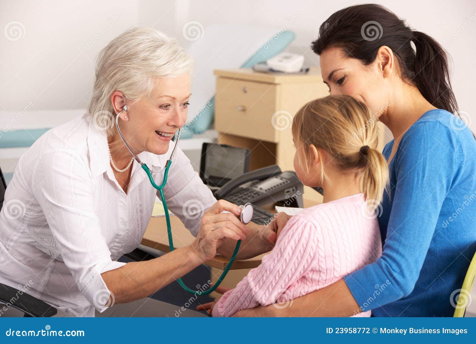 Brits GP onderzoekend jong kind met moeder