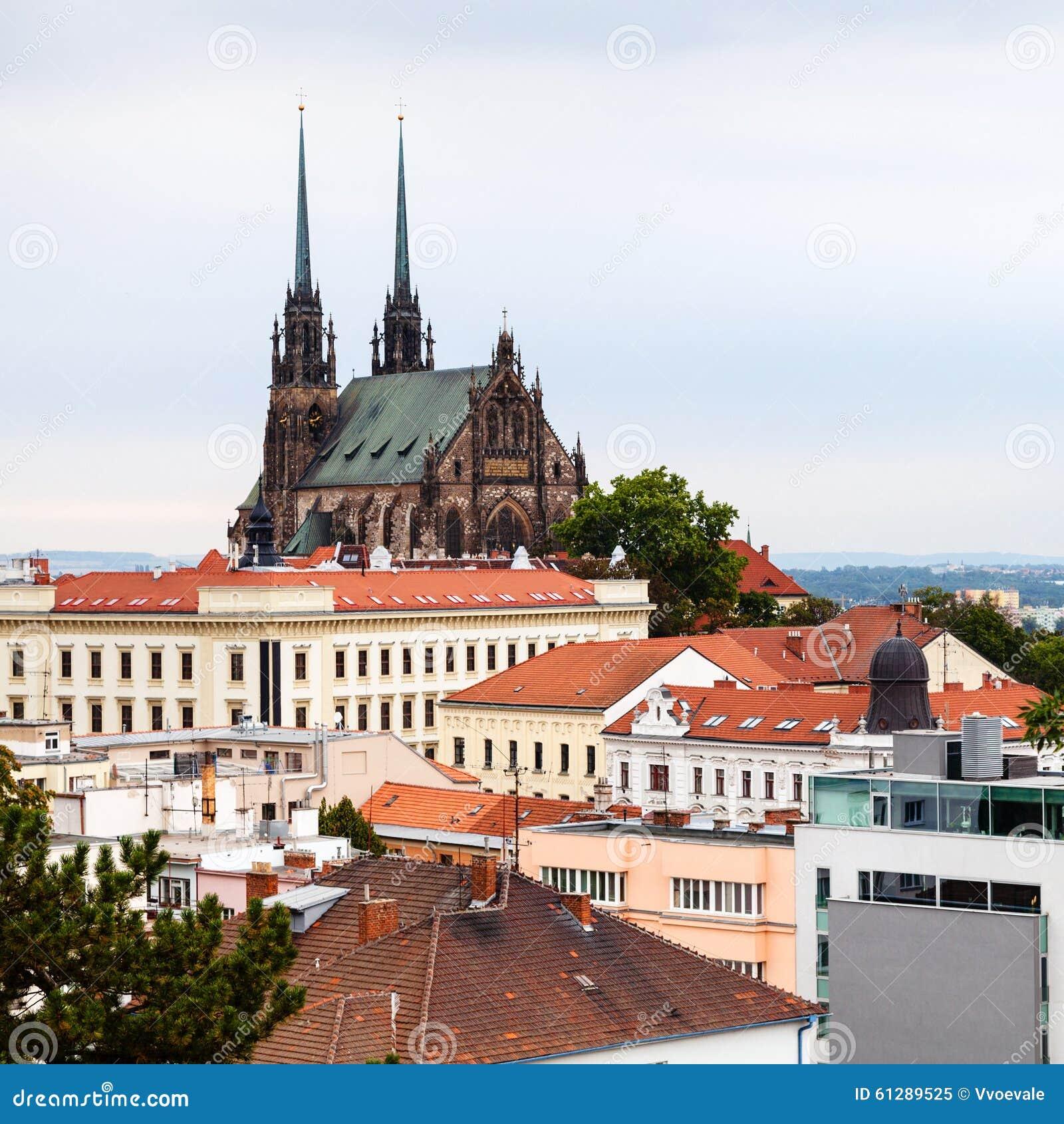 Brno cityscape met Kathedraal van St Peter en Paul
