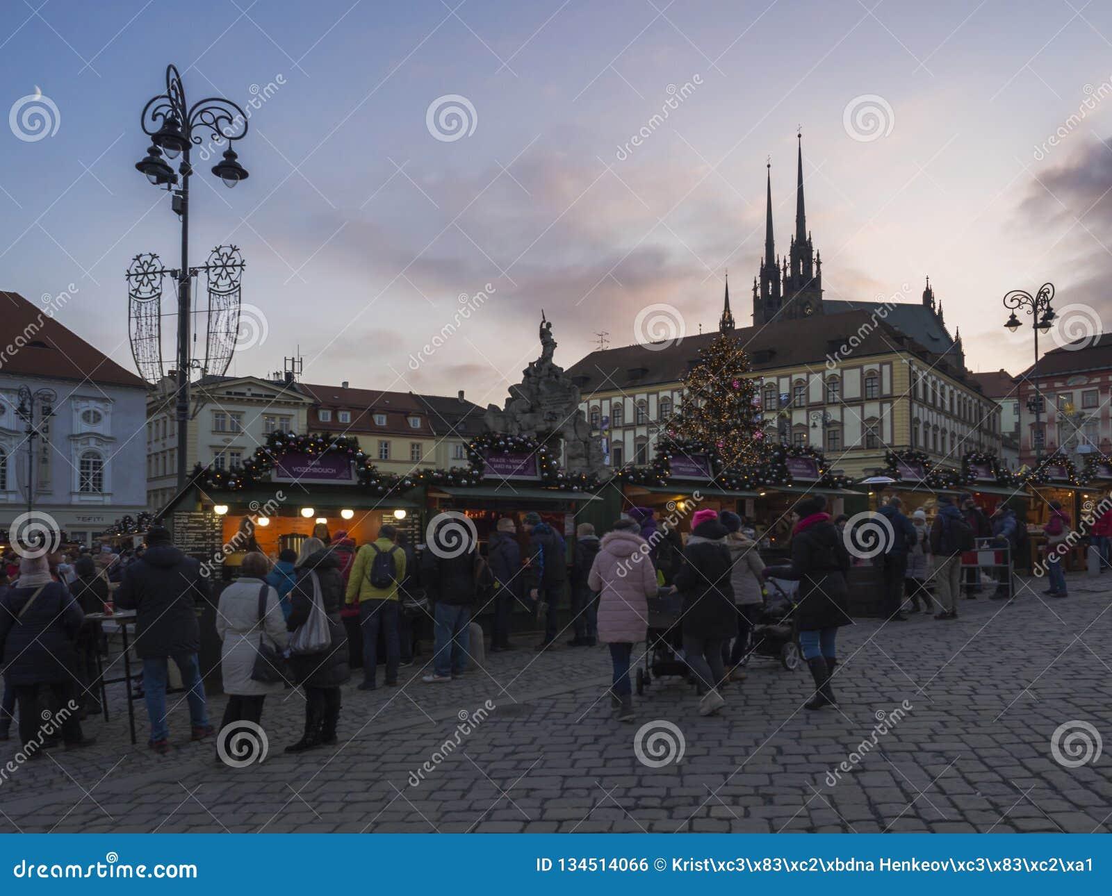 BRNO TJECKIEN, DECEMBER 14, 2018: Julmarknaden på Zelny Trh, marknadsfyrkant med ställningen stannar i Moravia