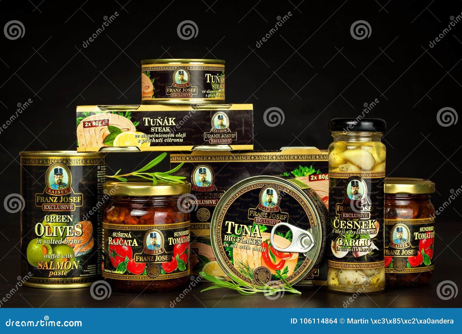 BRNO TJECKIEN - DECEMBER 16, 2017: Kaiser Franz Josef Exclusive Canned Tuna With chili Mat för gourmet Olik typnolla