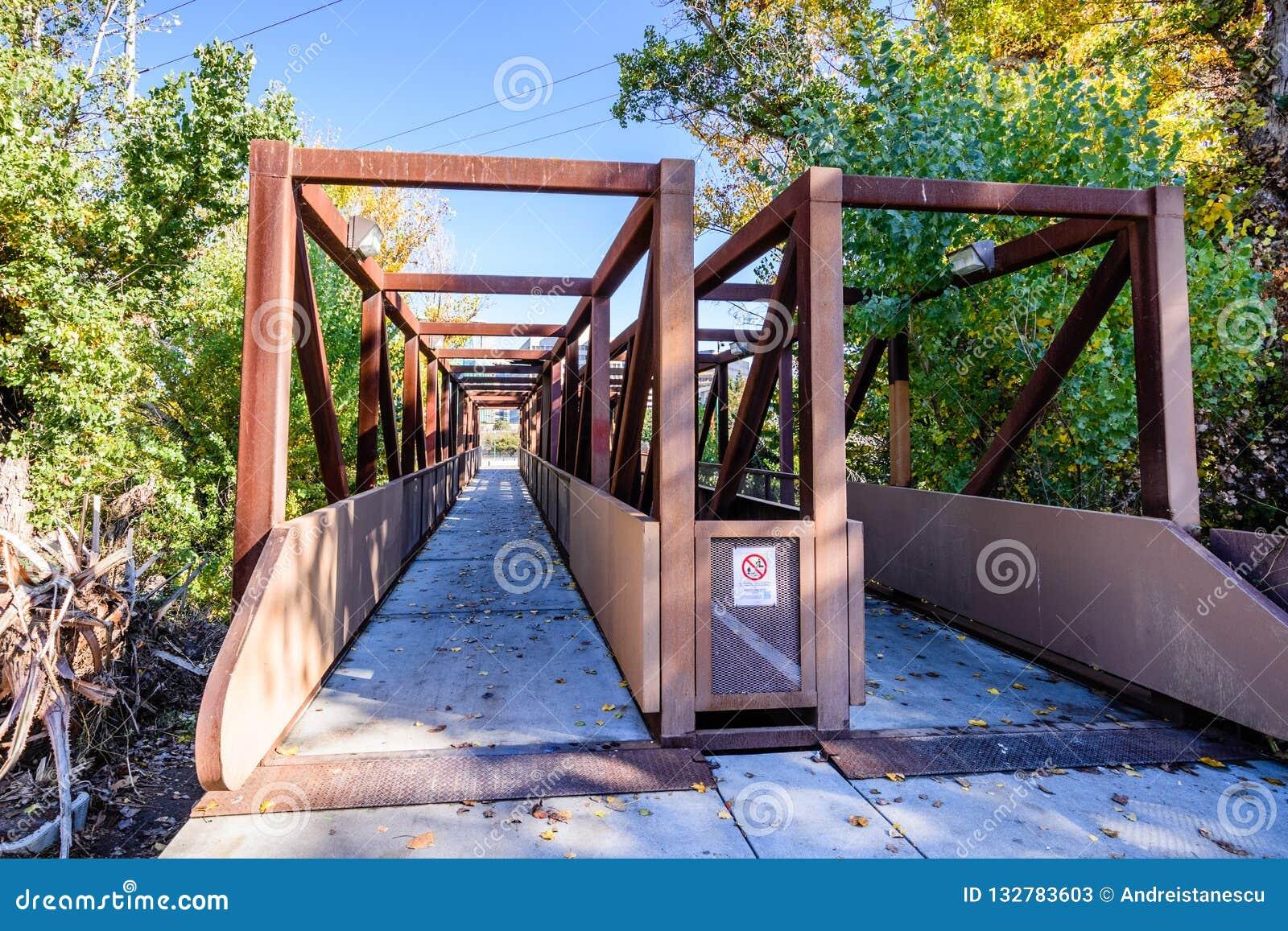 Bro över Guadalupe River nästan i stadens centrum San Jose, södra Sa