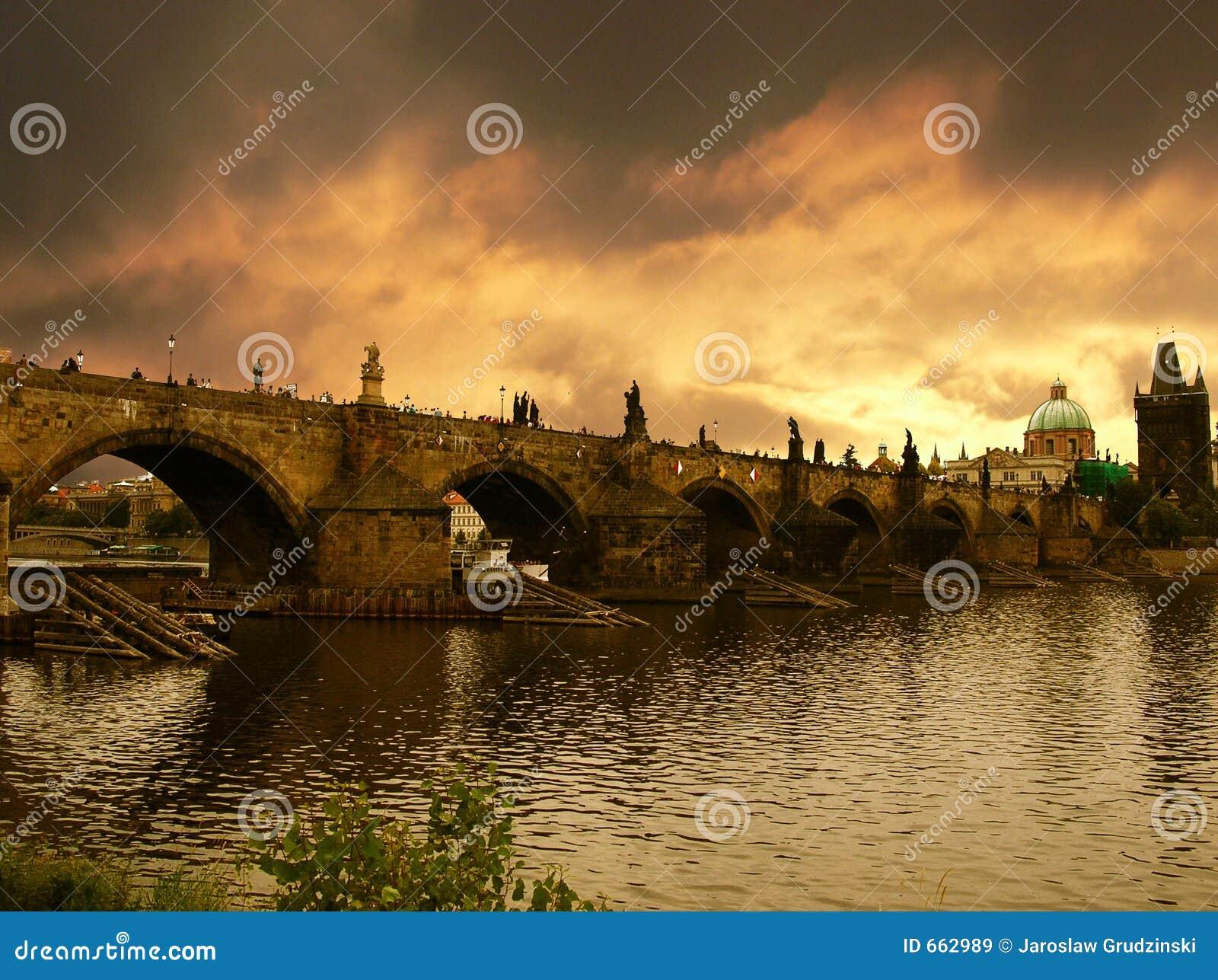 Bro charles över den prague solnedgången