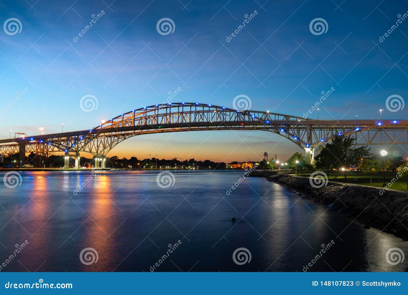 Bro för blått vatten på solnedgången