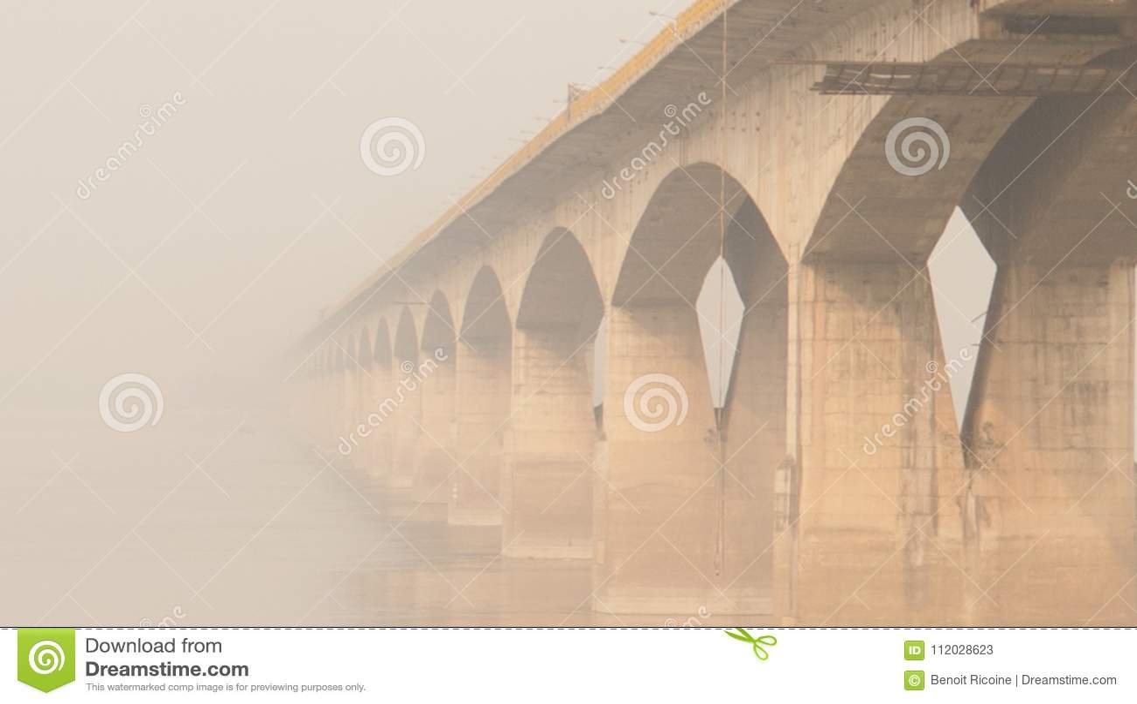 Bro ovanför Gangeset River i Patna, Indien