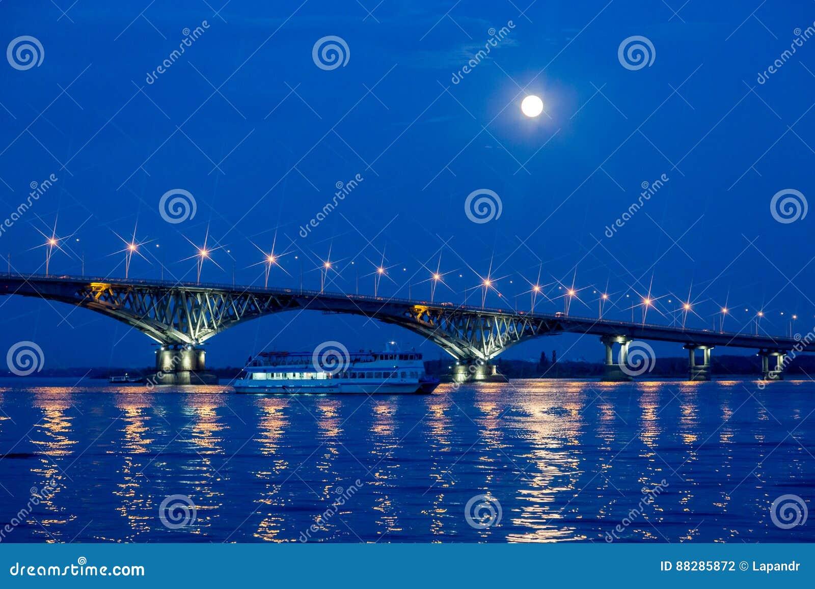 Bro på Volgaet River mellan städerna av Saratov och Engels, sommarafton