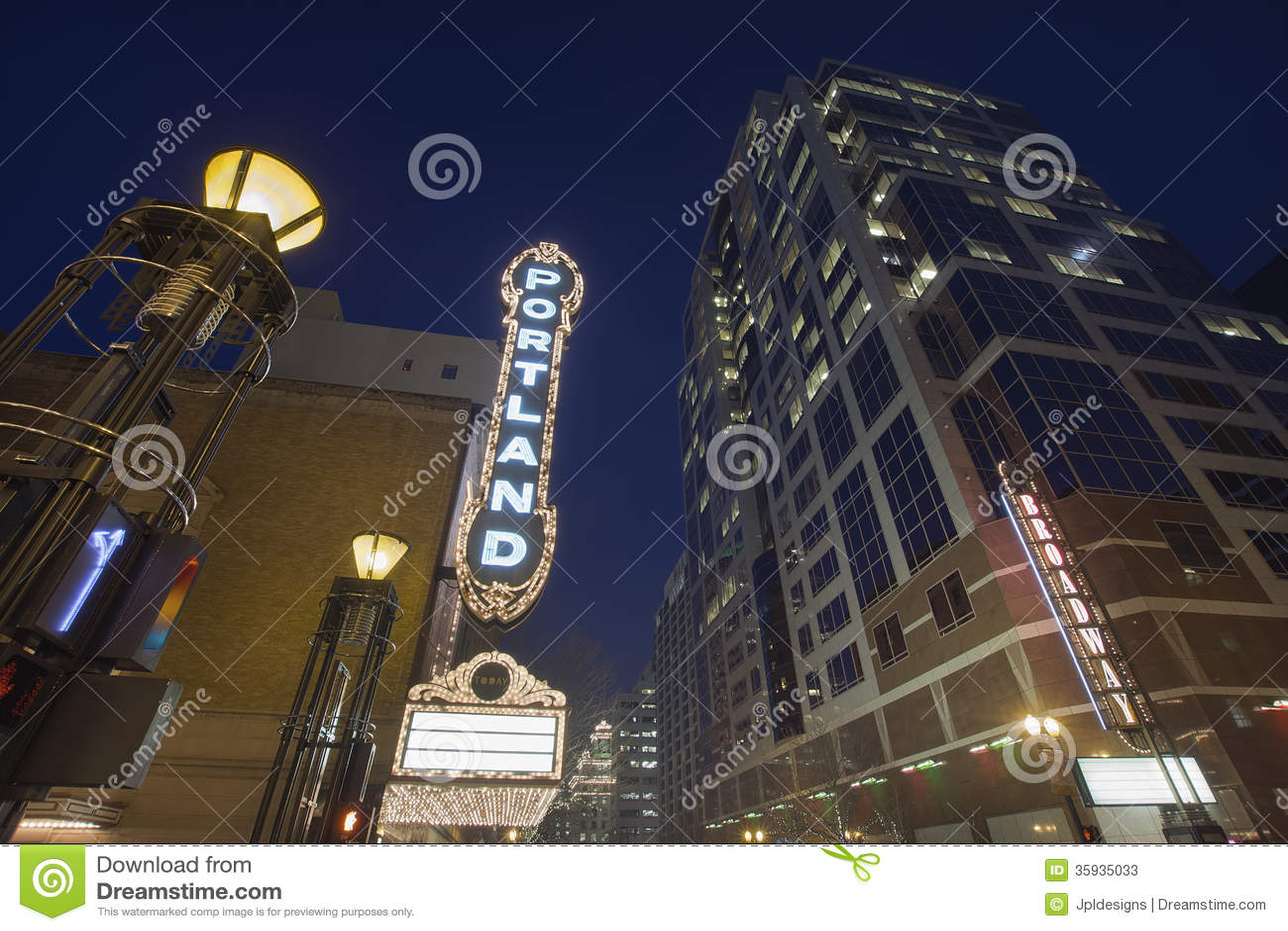 Broadway Portland Oregon an der Glättung der blauen Stunde