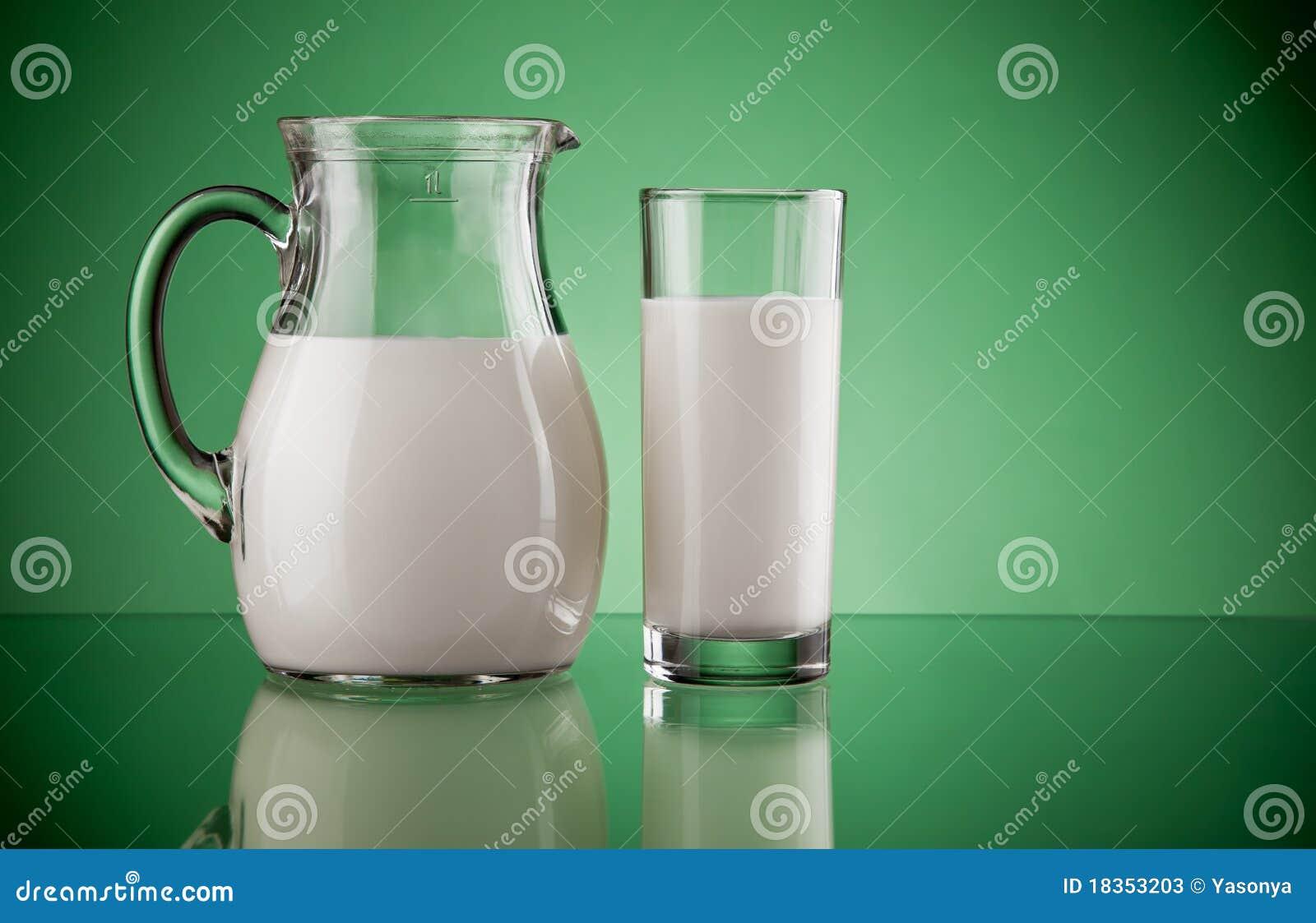 Brocca e vetro con latte