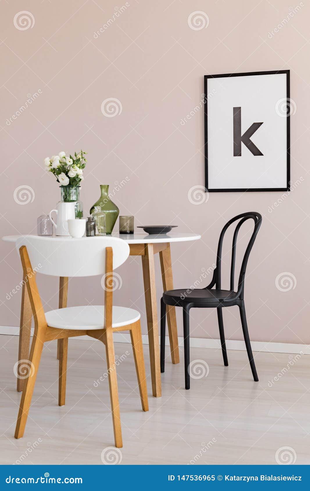 Tavoli Da Pranzo Bianchi.Brocca Tazza Di Caffe E Fiori Bianchi In Vaso Di Vetro Sul Tavolo