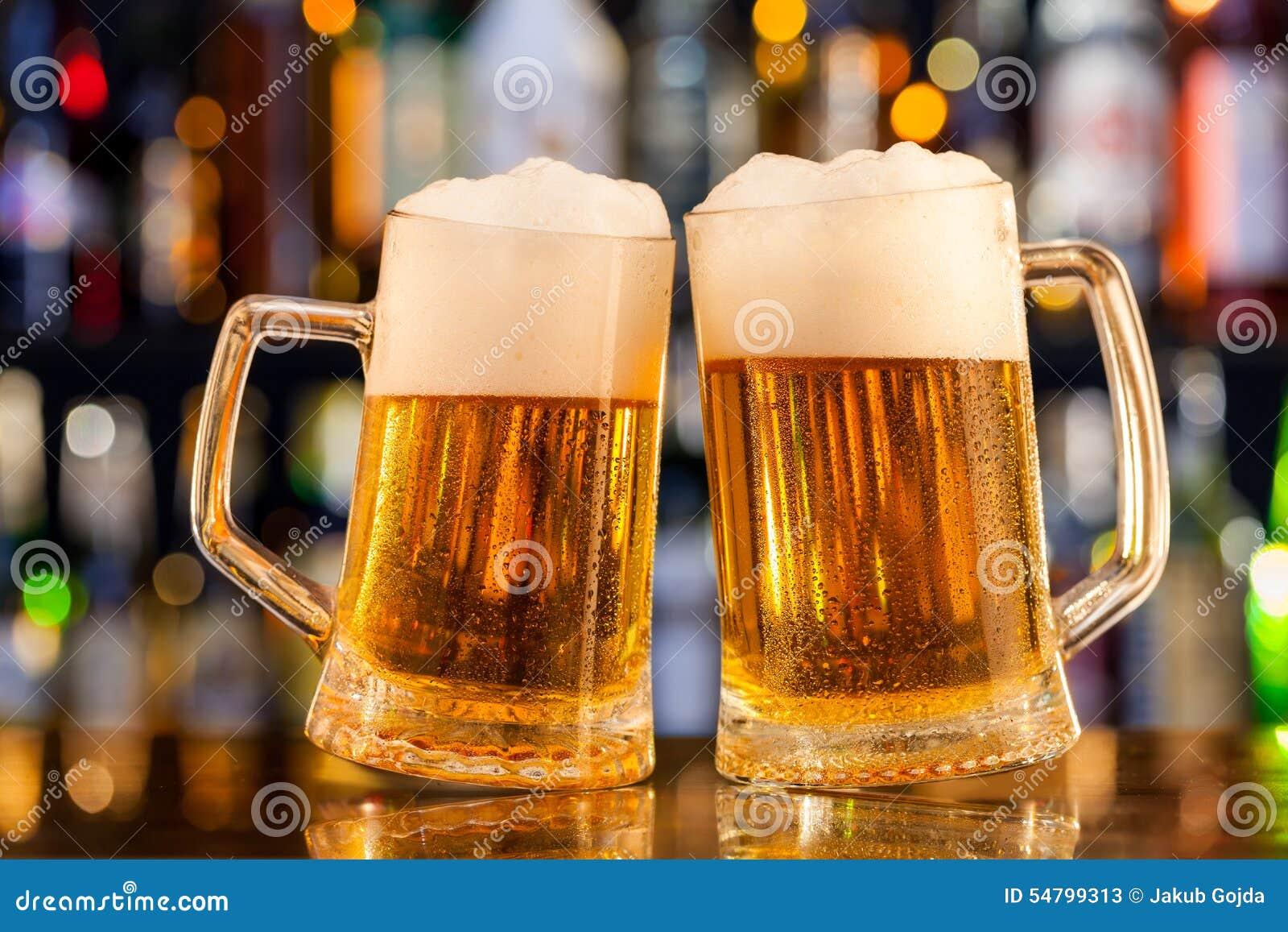 Brocche di birra servite sul contatore della barra