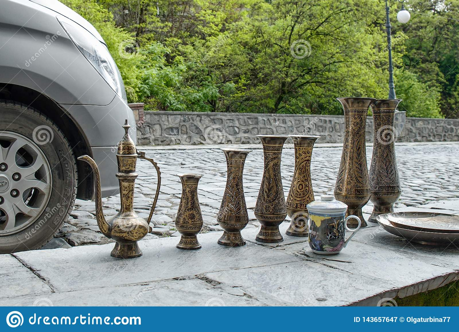 Brocche fatte a mano d ottone orientali tradizionali con l ornamento di tradiitional da vendere da un venditore ambulante sul mer