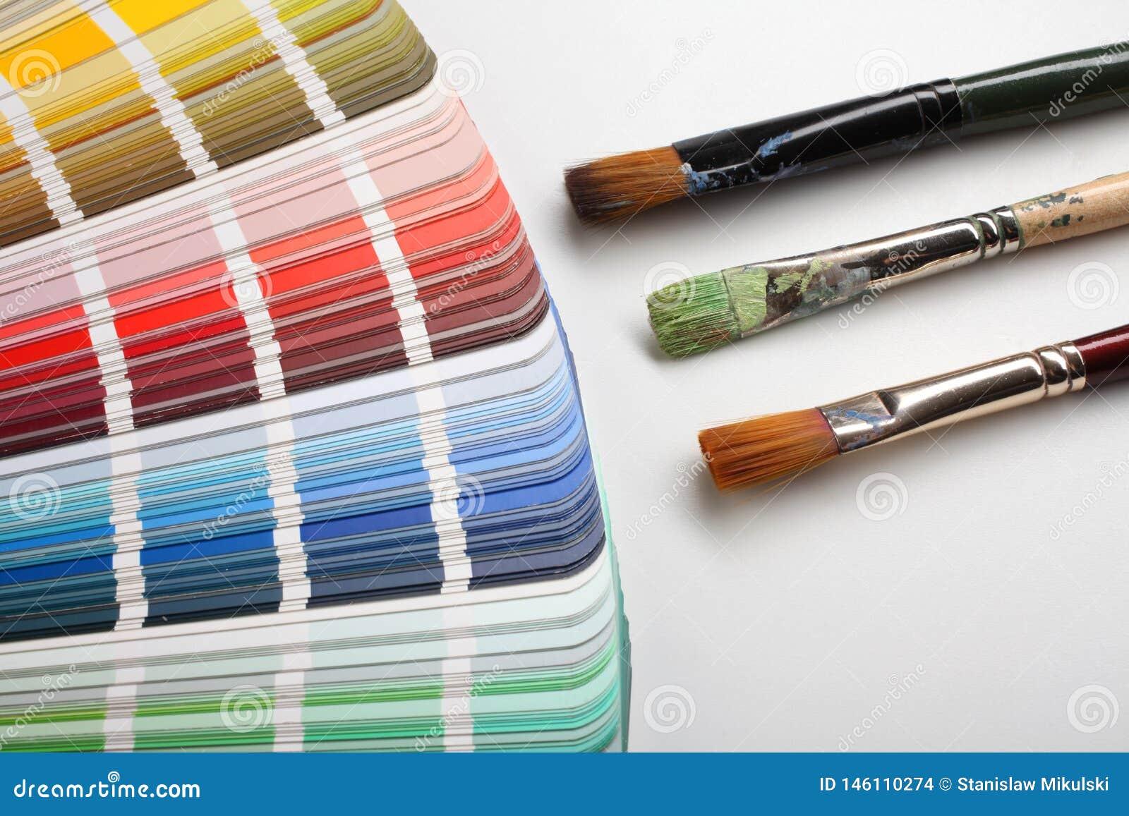 Brochas del artista con las muestras del color