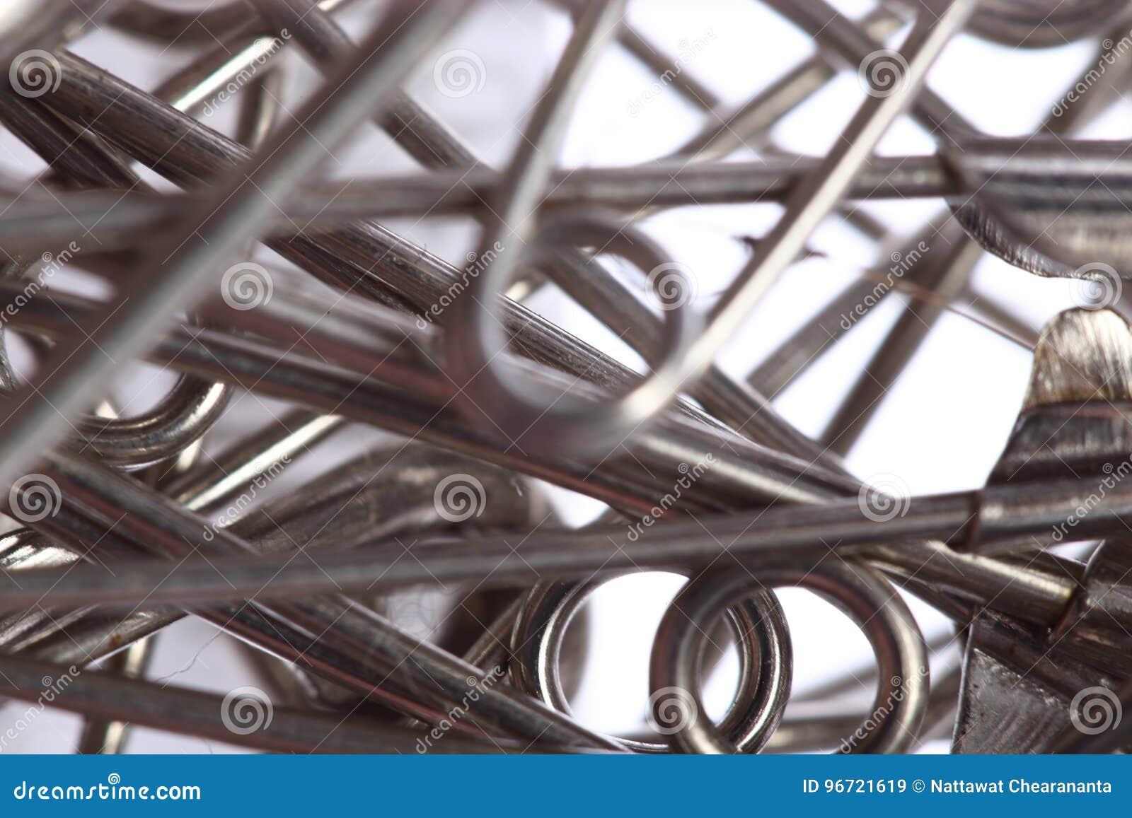 Broche color plata, muchos pedazos en cierre encima del shootin macro de la foto