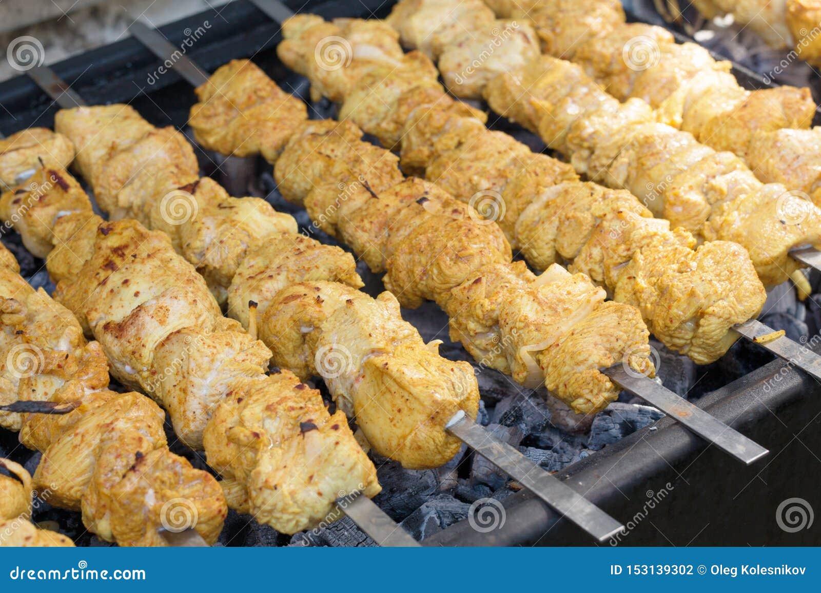 Brochettes de la Turquie marinées avec des épices sur le gril