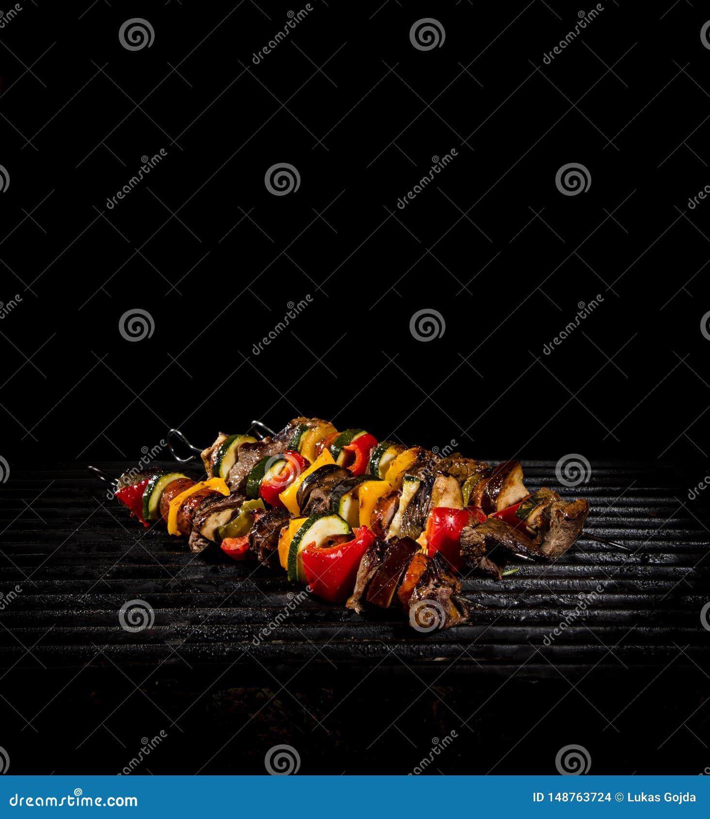 Brochettes savoureuses sur le gril avec des flammes
