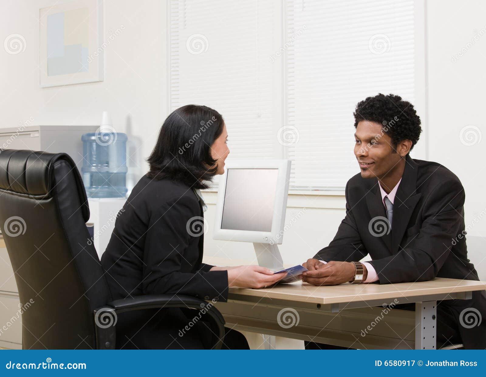 Brochure financière de explication de femme au collègue