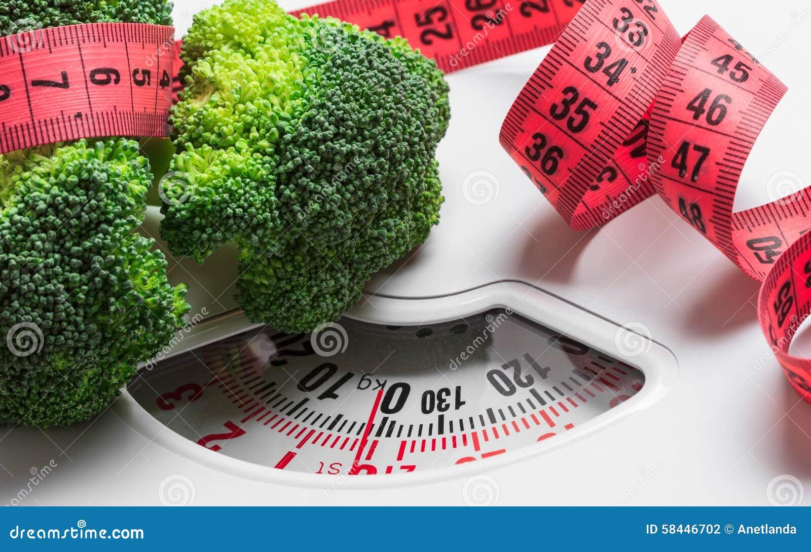 Brocoli avec la bande de mesure sur l échelle de poids dieting